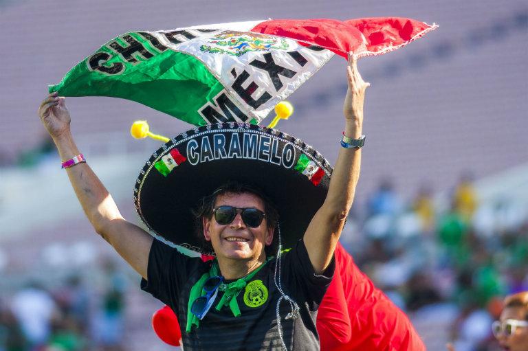 Un seguidor del Tri demuestra su entusiasmo al apoyar al Tri en California
