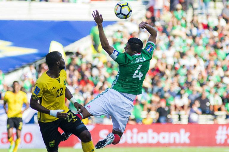 Hugo Ayala disputa un balón con Williams de los Reggae Boyz