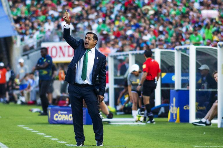 Pompilio Páez dando indicaciones durante el partido en el Rose Bowl