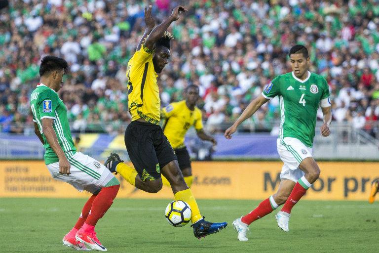 Gutiérrez y Ayala disputan el balón contra Gordon
