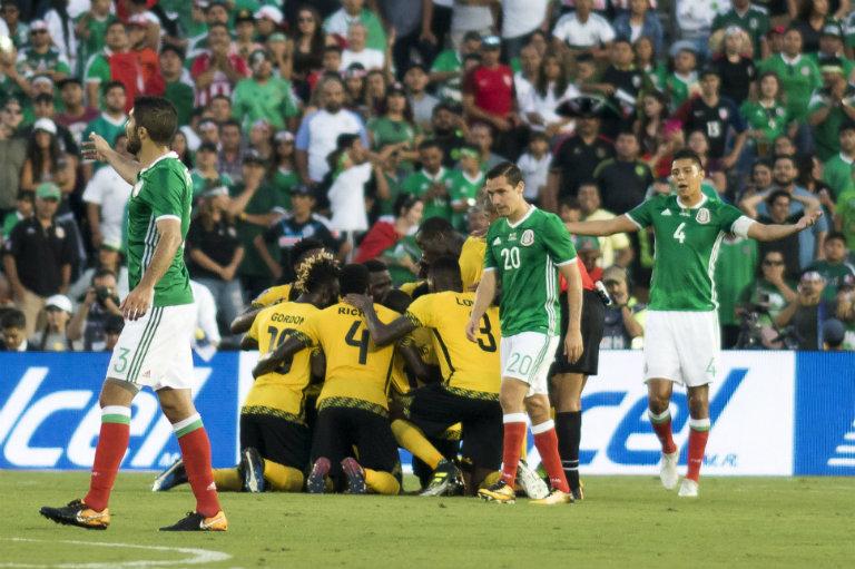 Los Reggae Boyz se incan para celebrar el gol contra México, con el cual calificaron a la Final
