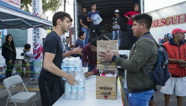 Alejandro Díaz recibe agua en un centro de acopio