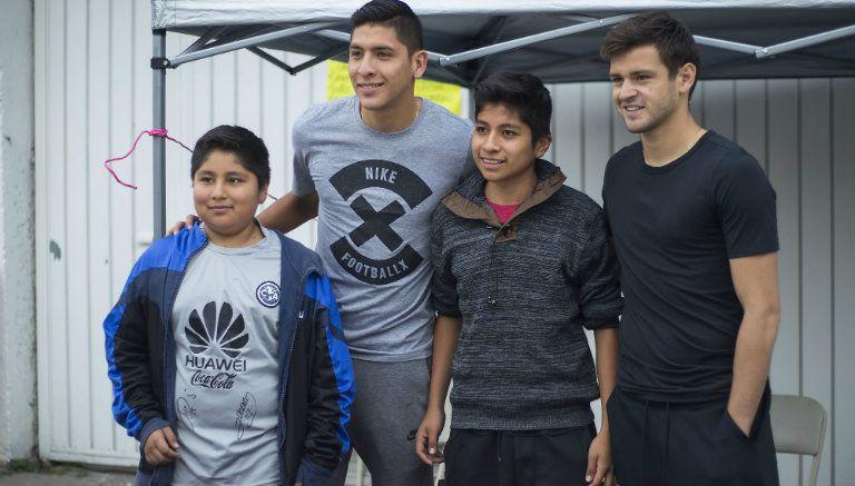 Díaz y Álvarez se toman fotos con los que apoyan