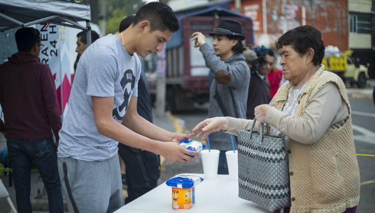 Édson Álvarez recibe alimento