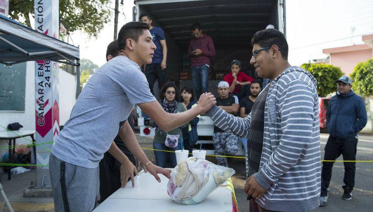 Álvarez agradece a una persona por su donativo