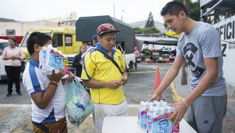 Álvarez recibe botellas de agua