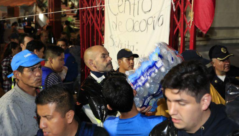 Francisco Jémez ayuda a recolectar víveres