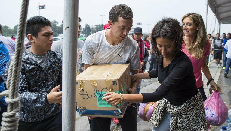Marchesín carga cajas de víveres