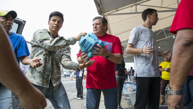 Herrera también carga los productos para los afectados