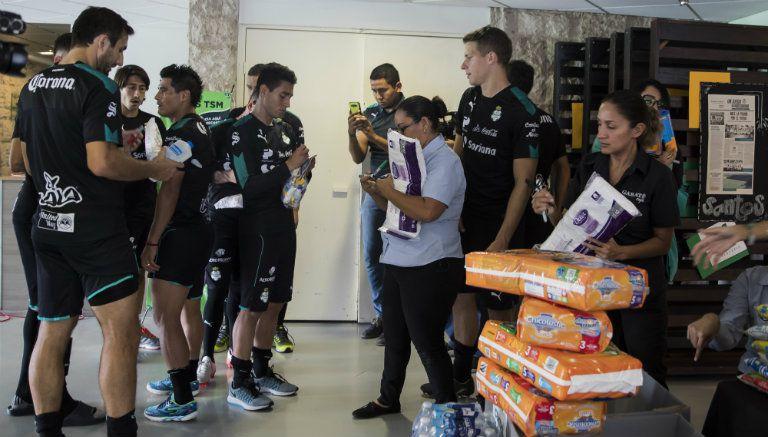 Jugadores de Santos Laguna en un centro de acopio