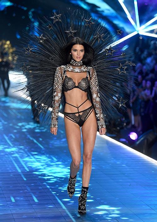 Kendall Jenner camina por la pasarela