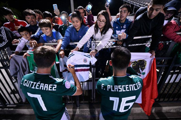 Gutiérrez y Plascencia se acercan a su afición al término del juego
