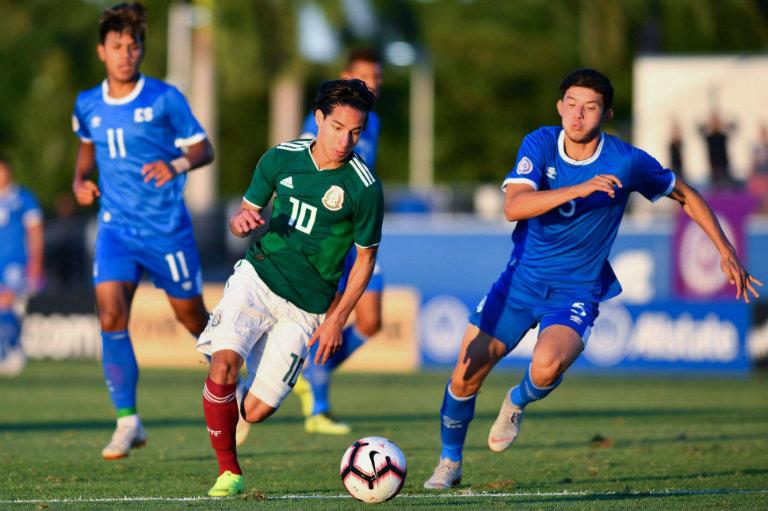 Diego Lainez conduce el esférico en el juego vs El Salvador