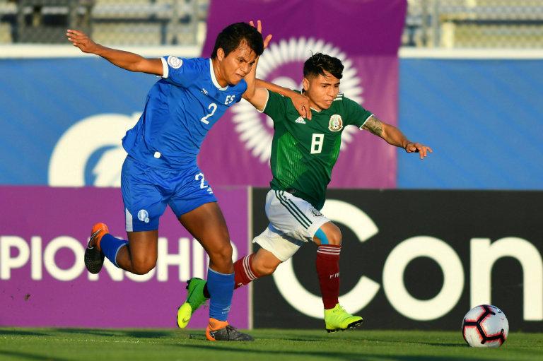 Kevin Menjivar y Misael Domínguez disputan el esférico