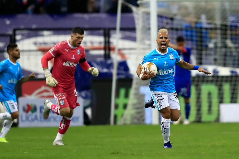 Jugadores del Querétaro festejan el gol de Gallos