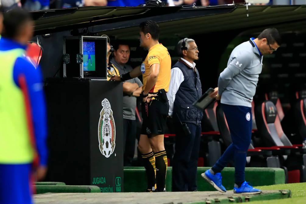 Jorge Antonio Pérez Durán, árbitro del partido, revisa el VAR