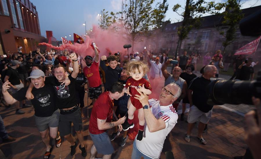 Premier League: Aficionados del Liverpool salieron a las calles a celebrar el título