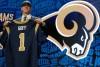 Jared Goff posa con el jersey de los Rams