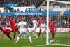 Christian Benteke marca el único gol de los Reds en duelo contra  Swansea