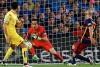 Claudio Bravo evita un gol en su portería