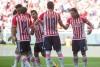 Jugadores de Chivas festejan anotación