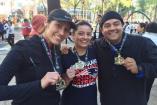Participantes de la NFL Fan Race presumen sus medallas
