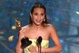 Alicia Vikander recibiendo su Oscar