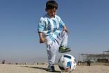 Murtaza, aficionado de Messi, luce una playera de su ídolo