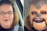 La mujer se probó la máscara y comenzó a reírse