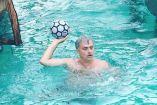 José Mourinho, juega con una pelota dentro del agua
