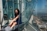 Una mujer se lanza por el tobogán que está localizado en Los Angeles