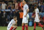 Jugadores de Inglaterra lamentan la derrota contra Islandia