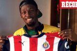 Usain Bolt sostiene la nueva playera de Chivas