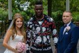 Balotelli posa con los novios en su sesión de fotos