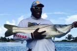 Warren Sapp posa en foto mientras pesca en Florida