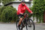 Javier Hernández recorre las calles en bicicleta