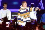 Justin Bieber (centro) durante una presentación en Gran Bretaña