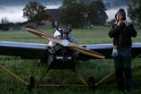 Frantisek Hadrava posa junto al avión que construyó