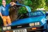 Nigel Mills junto a su auto