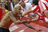 Neymar regala su camiseta a un aficionado