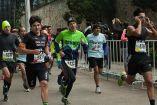 Varios competidores salen de la meta en una carrera en el Desierto de los Leones