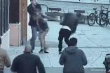 El hombre atacando con palo a los turistas españoles