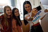 Katy Perry se toma una selfie con dos estudiantes