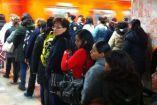 Usuarios hacen fila para abordar el Metro en Balderas