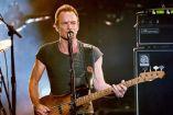 Sting toca su guitarra en uno de sus conciertos