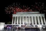 Fuegos artificiales arriba del Lincoln Memorial durante el evento de bienvenida a Donald Trump