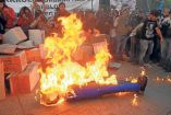 Así quemaron una figura de Donald Trump