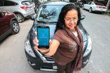 Una exconductora de Uber muestra la app