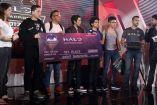 Los integrantes de Shock The World lucen su premio de primer lugar del Halo World Championship Qualifier CDMX