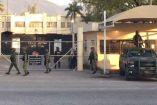 Soldados resguardas la entrada al penal Cedes de Victoria